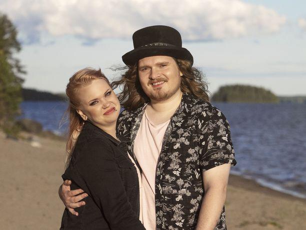 Jenna ja Juuso testaavat parisuhdettaan televisiossa.
