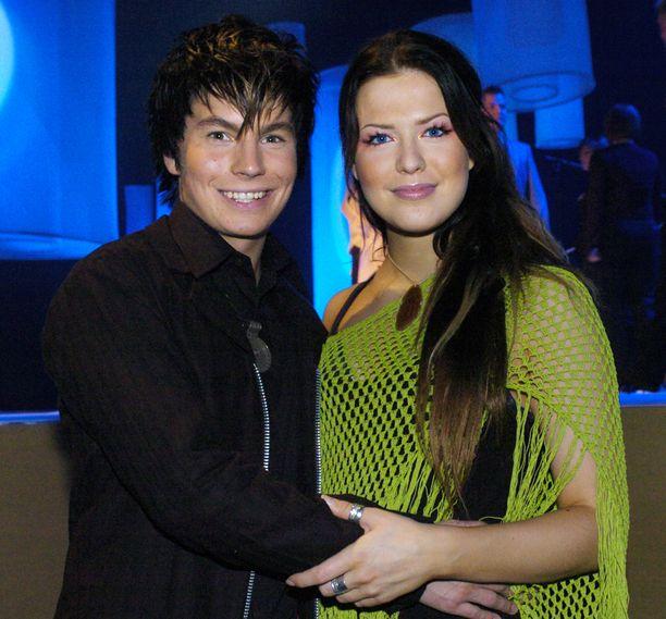 Jenni vuonna 2004 Antti Tuiskun kanssa.