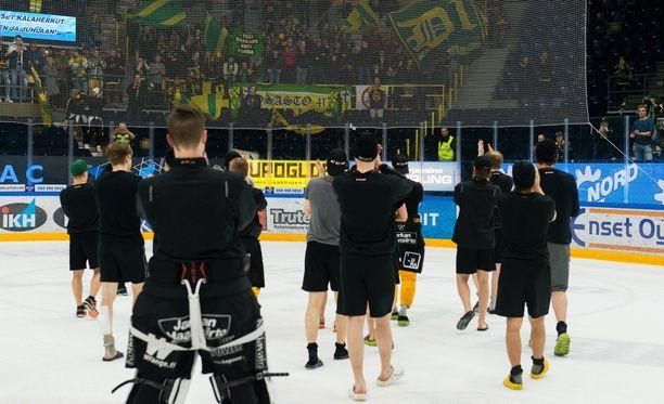 Ilveksen pelaajat kiittivät kannattajiaan Tappara-sarjan jälkeen.