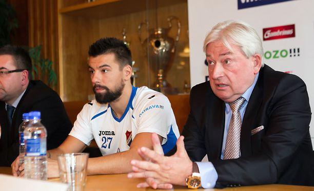 Pavel Paska (oikealla) on hoidellut muun muassa tshekkitähti Milan Barosin asioita.