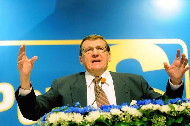 Raimo Vistbacka on jättämässä eduskunnan, mutta Timo Soini on kaavaillut pitkäaikaisesta kansanedustajasta ministeriä.