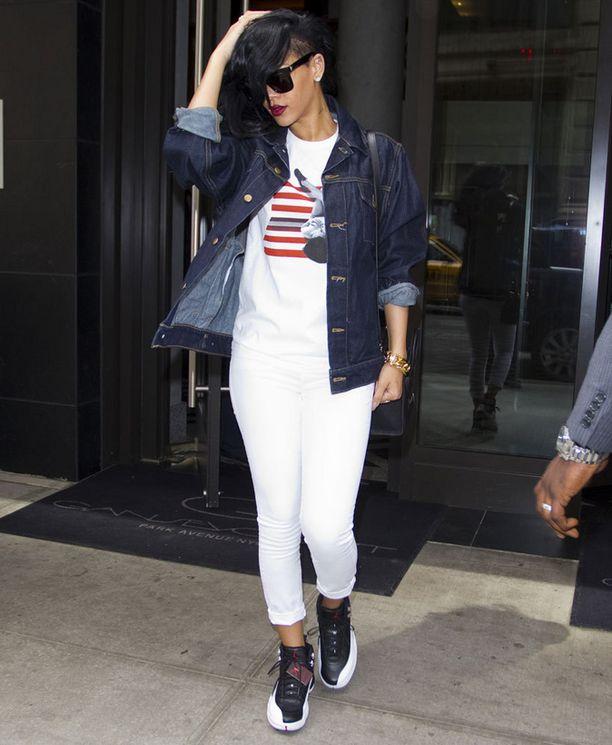 Tänä keväänä välimallin takki voi olla farkkutakkikin. Mallia näyttää Rihanna.
