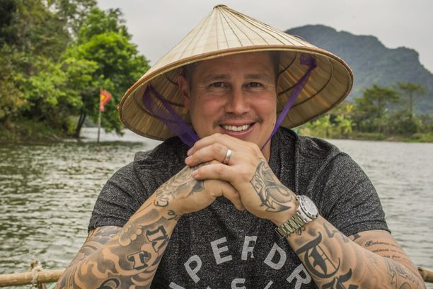 Tomi Björck kiertää tällä kertaa Aasiassa Tomi ja uskomaton Aasia -sarjan merkeissä.