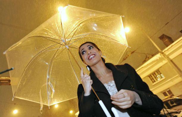 Nasiman sateenvarjon läpi saattoi ihailla lumisadetta.
