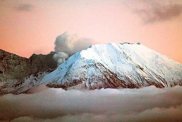 TUHAT KERTAA HURJEMPI St. Helensin tulivuori purkautui täydellä voimalla vuonna 1980 ja oli erityisen aktiivinen tämän kuvan aikaan vuonna 2004. Yellowstone olisi kuitenkin tuhoiltaan aivan omassa luokassaan.