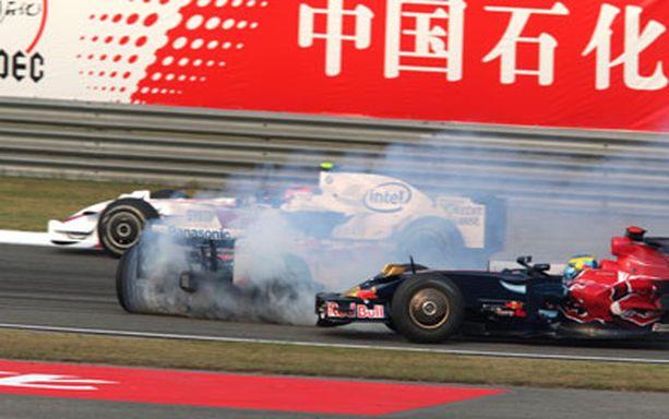 Sebastien Bourdais törmäsi Jarno Trulliin, jonka savuava auto on tiellä poikittain.