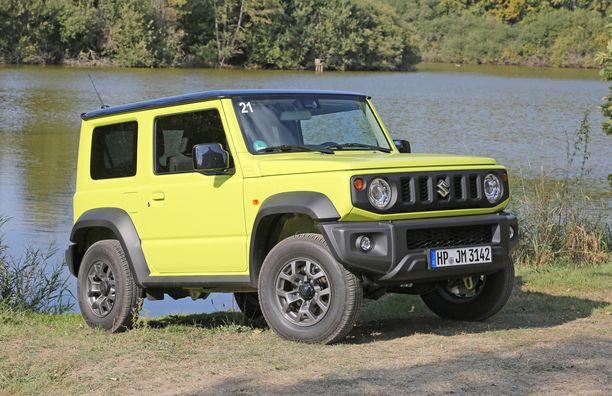 Vain 3,64-metrisessä Jimnyssä on vahvasti Jeepin näköä. Paluu kulmikkaisiin muotoihin oli fiksu veto. Maavaraa on 21 senttiä. Suomi-varustukseen kuuluu halogeenivalot.