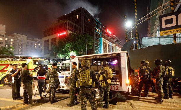 Turistikeskuksesta Manilassa nousi savua perjantain vastaisena yönä.