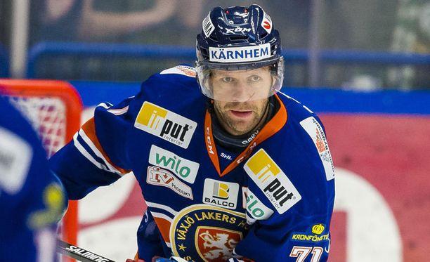 Tomi Kallio on kerännyt suomalaisista eniten pisteitä, otteluja, maaleja ja eniten syöttöjä SHL-historiassa. Lisäksi kaapista löytyy kaksi Ruotsin mestaruutta.