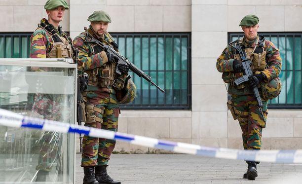 Sotilaat vartioivat torstaina brysseliläisen oikeustalon edessä, kun oikeudessa käsiteltiin Salah Abdeslamin tapausta.
