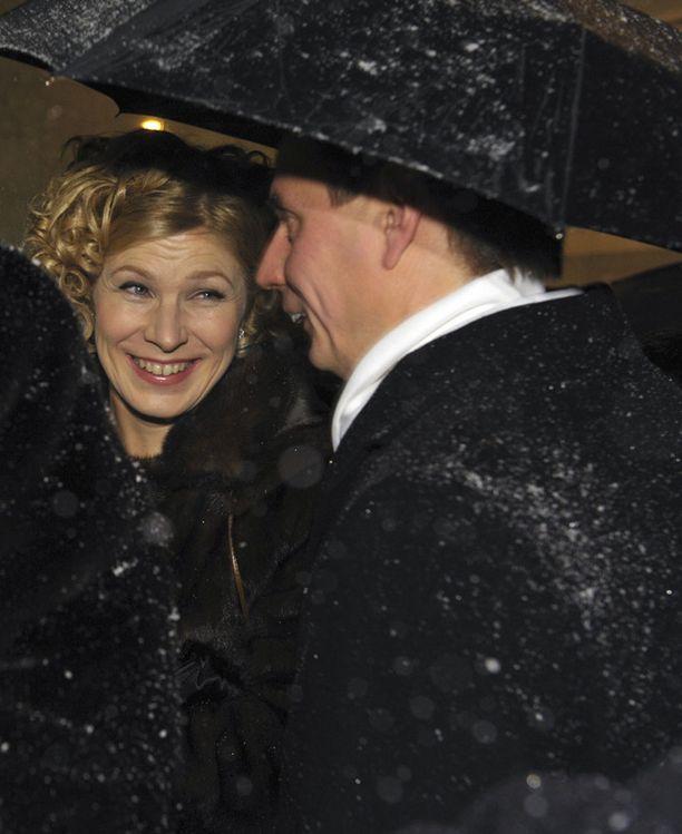 Marjo Matikainen odotti pääsyä Linnaan sateenvarjon alla.