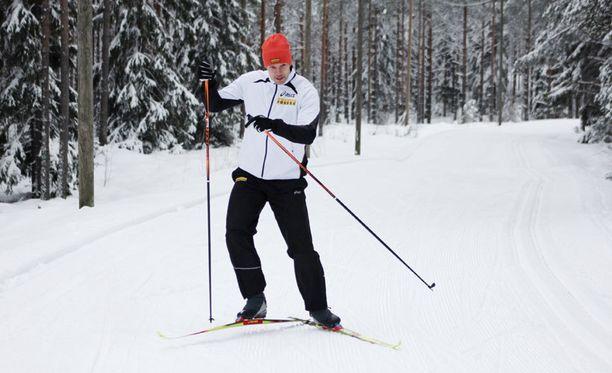 Tero Pitkämäki nauttii hiihtolenkeistä Seinäjoen Jouppilanvuoren maastossa.