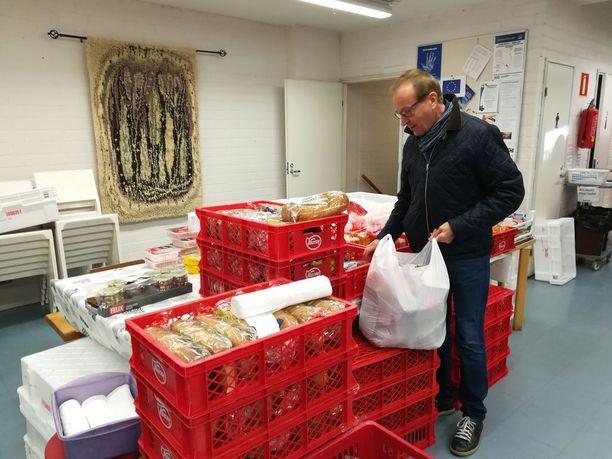 Juhani Hihnala vie ruoka-apua monien ihmisten luo.