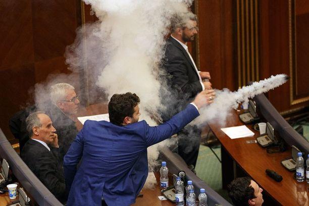 Oppositiopuolueen jäsen heitti lehteriltä istuntosaliin kyynelkaasua.