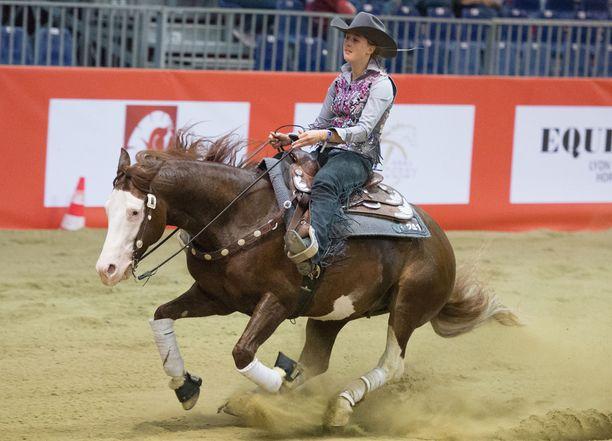 Gina Schumacher on varsin taitava ratsastaja.