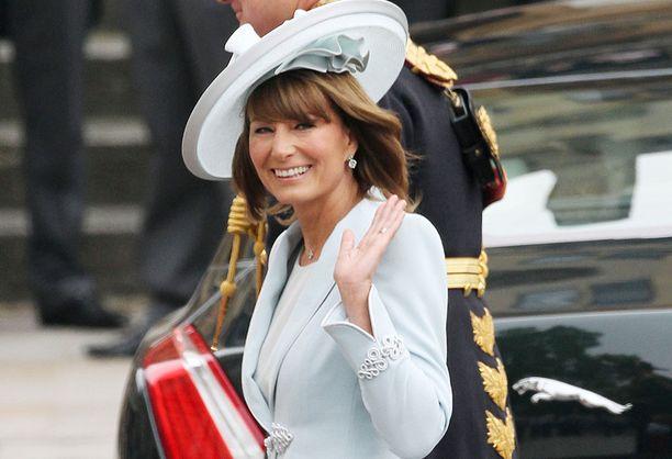 Herttuatar Catherinen äiti saapumassa prinssi Williamin ja tyttärensä häihin keväällä 2011.