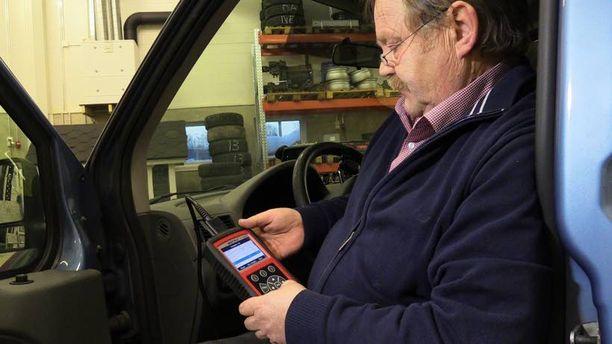 Autoliiton tiepalvelumies Reijo Häkkinen pitää puhelimen vikakoodinlukijaa toimivana ratkaisuna.