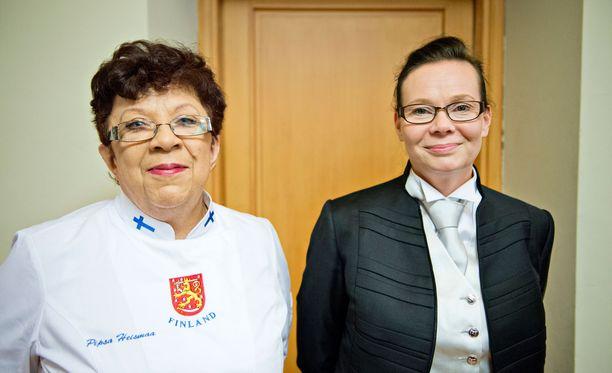Keittiöpäällikkö Pipsa Heismaa ja palveluesimies Berit Mäkinen ovat vahvasti mukana juhlien järjestelyissä.
