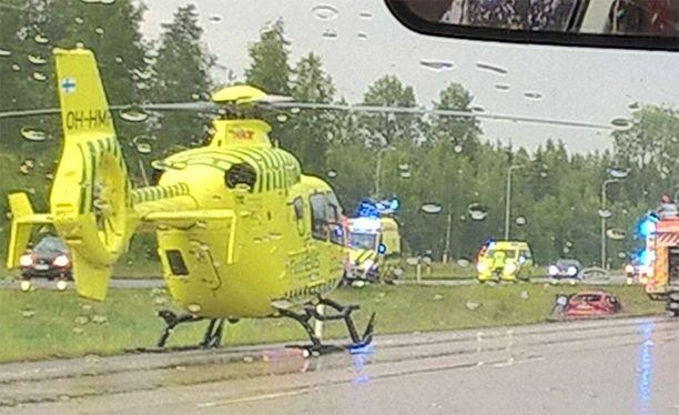 Pelastuslaitoksen mukaan onnettomuudessa on ollut osallisena useita autoja.
