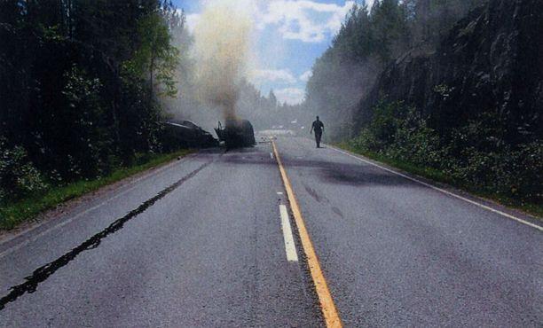 Epäillyn ajama Opel syttyi kolarissa tuleen ja tuhoutui täysin. Mies makasi kuolleena konepellillä.