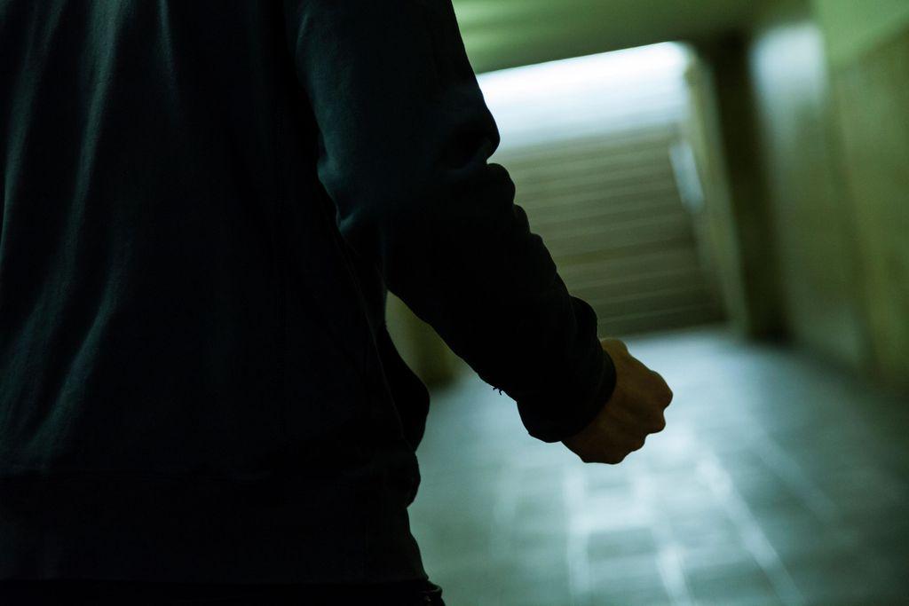 Suomessa väkivaltarikoksiin liittyy usein alkoholi. Kuvituskuva.