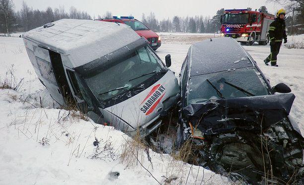 Koulubussin ja henkilöauton törmäyksessä oli ainekset todella pahaan lopputulokseen.
