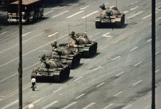 """""""Tankkimies"""" esti panssarivaunujen etenemisen taivaallisen rauhan aukiolla."""