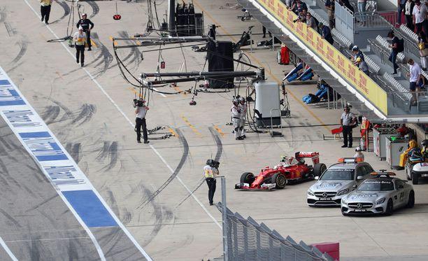 Kimi Räikkönen joutui parkkeeraamaan Ferrarinsa varikkosuoralle aikaisemmin kuin olisi halunnut.