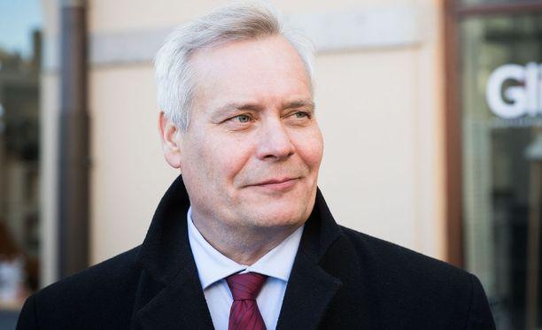 SDP:n puheenjohtaja Antti Rinne ihmettelee valtiovarainministeri Petteri Orpon puheita edellisestä hallituskaudesta.