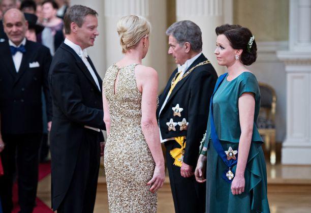 Jenni Haukion ilme kertoo kaiken. Yllättävä suru-uutinen kosketti myös presidenttiparia.