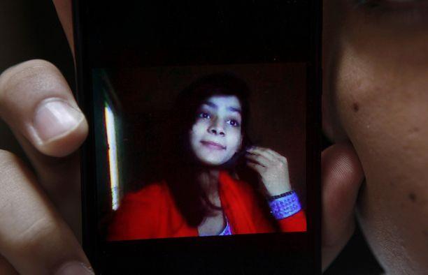 Hassan Khan näytti murhatun vaimonsa Zeenat Rafiqin kuvaa.