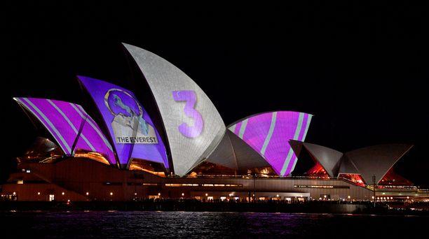 Hevoskisaan liittyvä mainos tyrmättiin Sydneyssä täysin. Mielenosoitukseen osallistui myös oopperatalon arkkitehdin Peter Hallin poika Willy Hall.
