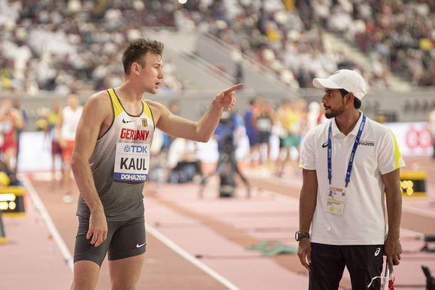 Niklas Kaul (vasemmalla) kävi kisavirkailijan kanssa keskustelua pituushyppypaikalla.