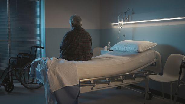 Yksin lasin takana ja eristettynä kuoleminen tuntuu tuhansista ikäihmisistä ja heidän omaisistaan arvottomalta.