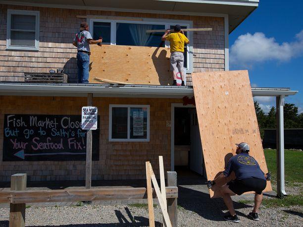 Yhdysvaltain itä- ja etenkin koillisrannikko valmistautuu Henri-hurrikaania varten.