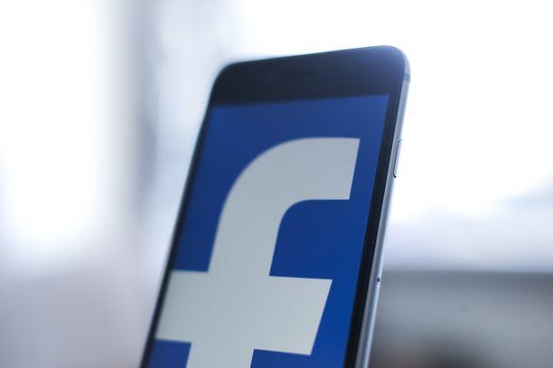 """Facebookin mukaan valetilit keräsivät liikennettä omille mainossivuilleen julkaisemalla sensaatiomaisia, mutta perättömiä """"uutisia"""" politiikan saralta."""