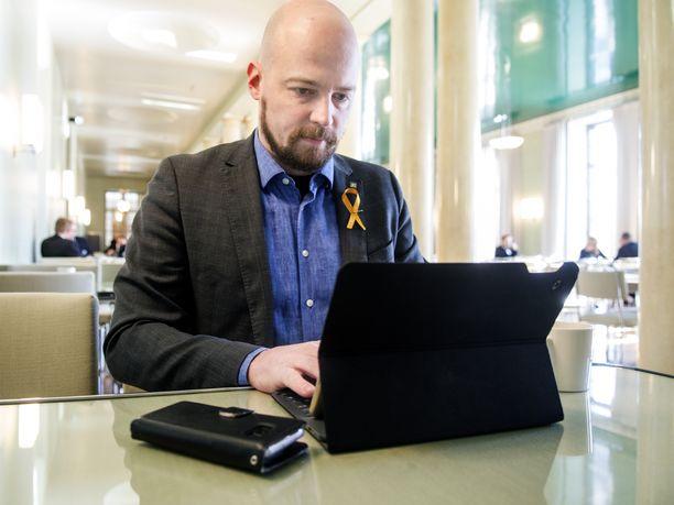 Keskustan Mikko Kärnä tuli lyhyeksi jääneellä kansanedustajaurallaan tunnetuksi innokkaana some-kommentoijana.