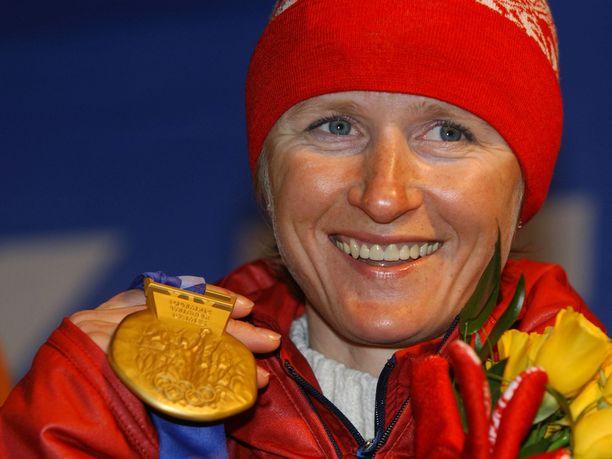 Olga Danilova voitti urallaan kaksi olympiakultaa ja yhteensä kolme olympiamitalia. Kuvassa Danilova esittelee Salt Lake Cityn talvikisojen 5+5 kilometrin takaa-ajon kultamitalia, jonka hän menetti jäätyään kiinni kielletystä aineesta.