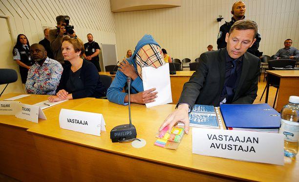 Lapsensa surmasta syytetty ja hänen asianajajansa Matti Kauppi.