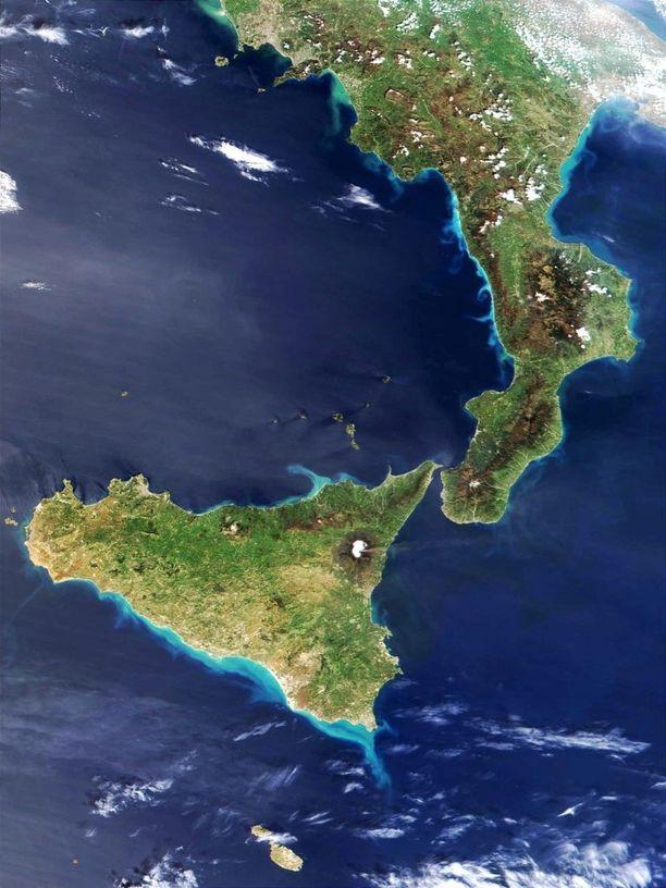 Etna sijaitsee vajaan 20 kilometrin päässä Välimerestä Sisilian saarella. Satelliittikuva purkauksesta vuodelta 2002.