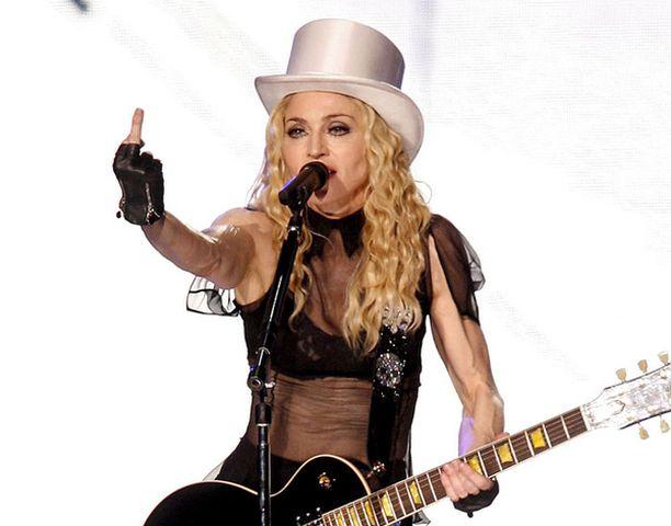 KIITTI V**USTI! Madonna kosiskelee nuorta yleisöä keskarilla ja kiroilemalla.