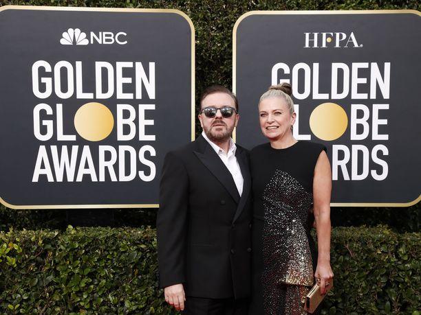 Golden Globe -gaalan juontaja Ricky Gervais saapui Beverly Hilton -hotellille kumppaninsa Jane Fallonin kanssa.