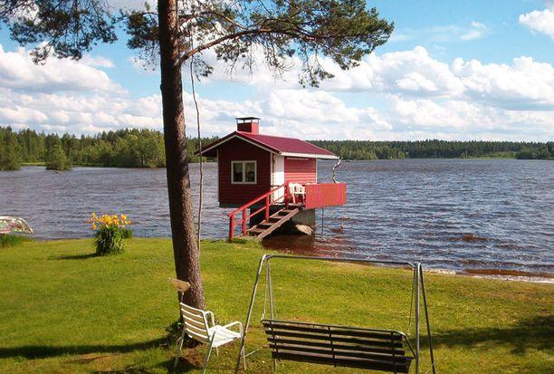 """5. Sauna järven päällä """"Kesämökkimme sauna on iso kiven päällä järvessä. Lauteilla istuessa todella rentoutuu arjen kiireestä."""""""
