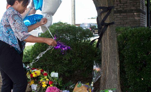 Deborah Price jätti ilmapalloja uhrien muistolle WDBJ7-aseman eteen keskiviikkona.