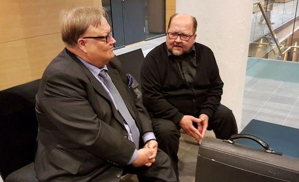 Mitro Repo on kutsunut oikeuteen useita henkilöitä todistamaan hänen asiallisen käytöksensä puolesta. Vierellä asianajaja Matti Penttinen.