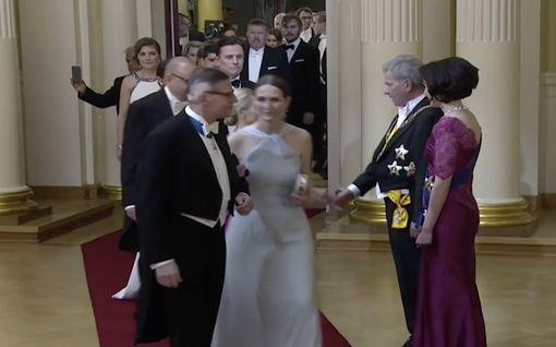 Video: Nyt on pokkaa - Linnan vieras otti selfien kättelyjonossa