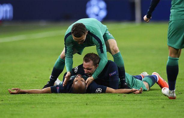 Tottenhamin pelaajien riemua Ajax-kaadon jälkeen. Kentällä selällään makaa ottelussa hattutempun tehtaillut Lucas Moura.