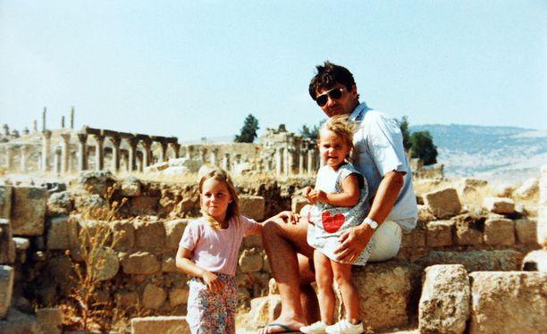 Pippa vietti kansainvälisen lapsuuden. Perhe asui jonkin aikaa Ammanissa. Tässä lapsuudenkuvassa he kuitenkin ovat lomalla Kreikassa.