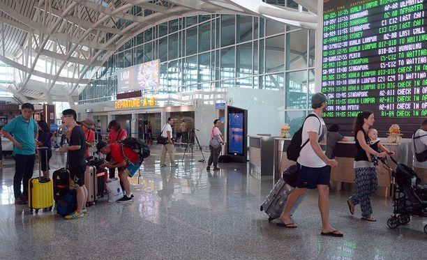 Paikallisten viranomaisten mukaan tuhansia turisteja on jäänyt Balin saarelle jumiin. STT:n mukaan 439 suomalaista on tehnyt matkustusilmoituksen ulkoministeriölle.