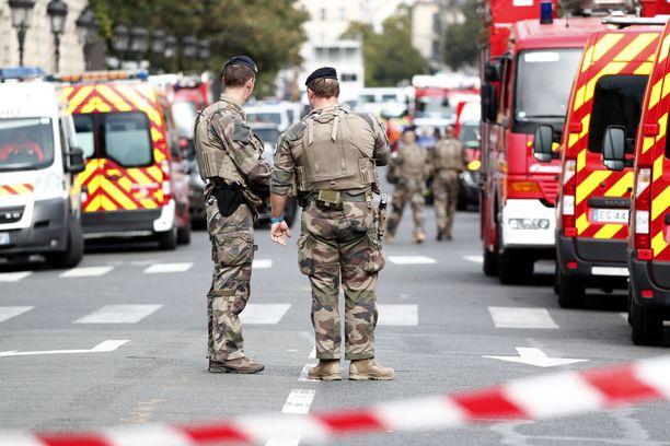 Paikalla on raskaasti aseistettuja poliiseja ja poliisitalon lähellä oleva Cité-metroasema on suljettu hyökkäyksen takia.
